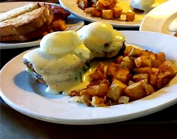 eggs benedict at 158 main restaurant